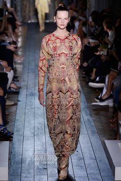 В рамках Недели Высокой Моды в Париже свою коллекцию представил Модный Дом Valentino. Дизайнеры марки Мария Грация Кьюри (Maria Grazia Chiuri) и Пьер Паоло Пиккиоли (Pier Paolo Piccioli) сделали акцкент на роскошных дорогих тканях