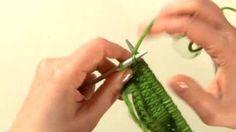 Impara a lavorare a maglia: aumentare le maglie.  Segui i nostri video tutorial e impara a lavorare a maglia in modo semplice e veloce. Scopri come aumentare le maglie e come fare il gettato, la base per tutti i punti traforati.