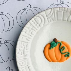 Royal icing transfers are easy peasy with transfer sheets and parchment paper! Royal Icing Sugar, Royal Icing Cookies, Sugar Cookies, Piping Templates, Royal Icing Transfers, Salted Pretzel, Pumpkin Template, Cookie Designs, Cookie Ideas