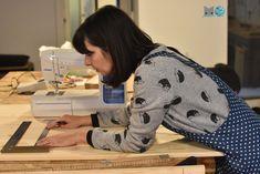 Cómo hacer una mesa para la máquina de coser   Momita's blog Sewing Machines, Sewing Hacks, Diy, Couture, Blog, Furniture, Home Decor, Wardrobe Closet, Scrappy Quilts