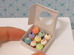 Miniature cupcakes for a dollhouse. Ack!  http://www.etsystalkers.com