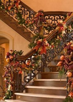Gorgeous staircase decorated for Christmas in warm Fall colors! What an interesting idea! I'm sure it makes the transition from Fall to Winter a no-brainer. ❤