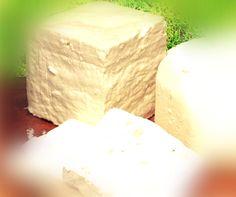 Ένα παραδοσιακό σκληρό τυρί το οποίο βρίσκουμε κυρίως στη Βέροια και στη Νάουσα.  Γίνεται καταπληκτικός μεζές ως σαγανάκι ή και τριμμένο στα μακαρόνια. Ακόμη και σκέτο τρώγεται, συνοδεύοντας το με λίγη ντομάτα και ψωμί.     Υλικά για 1 κιλό τυρί:  8-9 κιλά γάλα πρόβειο ή αγελαδινό  1 κουτ Yogurt, Greek Recipes, Burritos, Queso, Healthy Cooking, Feta, Food Processor Recipes, Food To Make, Dairy