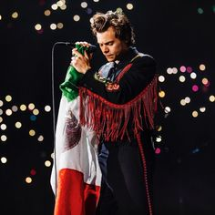 Read Harry Styles - - Mexico City Night One - Gucci (Black Shirt) from the story SUIT by KARMAHS (clumsy) with 202 reads. Harry Styles Updates, Harry Styles Live, Harry Styles Pictures, Harry Edward Styles, Harry Styles Quotes, Niall Horan, Zayn, Louis Tomlinson, Liam Payne