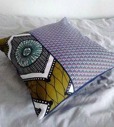 Coussin ethnique wax africain kaki bleu foncé blanc et plumes de paon, passepoil bleu marine - déco ethnique - Une Embellie