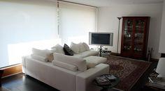 Ampie vetrate consentono al soggiorno di diventare un tutt'uno con il giardino e lo spazio esterno