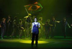 A atriz Laila Garin – escolhida entre 200 candidatas nas audições – vive a cantora gaúcha; Emociona e contagia o publico com a força de Elis.