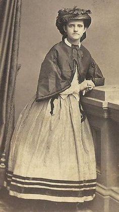 CDV PHOTO LOVELY WOMAN IN BEAUTIFUL FASHION DRESS SHAWL LARGE FANCY HAT CWE