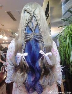 Penteado com os cabelos cinza e azul.