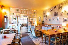 Visite Berlin Insolite Café Bar, Beautiful Color Combinations, Cafe Restaurant, Trip Advisor, Corner Desk, Table Settings, Dining Table, Furniture, Home Decor