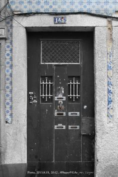 Los azulejos dicen donde, y el metal indica cuando.