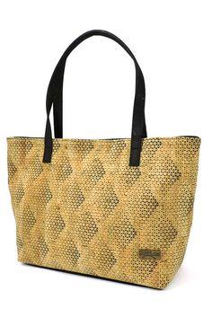 Kork Tasche mit Gradient-Muster. Sehr stabile Verarbeitung von CorkLane aus Portugal. Henkel zum Tragen als Handtasche oder Schultertasche. Aus natürlichem Kork hergestellt in fairer Produktion. Nachhaltiges Naturprodukt für deine Sachen! Schweiter Online Shop: www.korkeria.ch #kork #korktasche #handtasche Madewell, Tote Bag, Portugal, Bags, Fashion, Laptop Tote, Fanny Pack, Leather Bag, Handbags