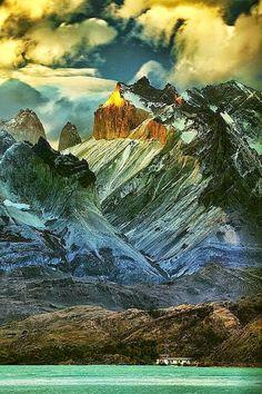 Cuernos del Paine, Chile. La cordillera Paine, también conocida como macizo Paine, es un pequeño pero sobresaliente grupo de montañas ubicado en el parque nacional Torres del Paine, en la Patagonia chilena. Se localiza a 150 km al norte de la ciudad de Puerto Natales, a 400 km al norte de Punta Arenas, y a más de 2500 km al sur de la capital chilena, Santiago.