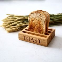 Personalisierte Holz Toast Rack makemesomethingsp Toast Rack ist der klassische Wa My Favourite Things Wooden Gifts For Him, Personalised Gifts For Him, Customized Gifts, Quirky Kitchen, Kitchen Items, Wooden Tea Light Holder, Eggs And Soldiers, Luxury Gifts For Women, Burnt Toast