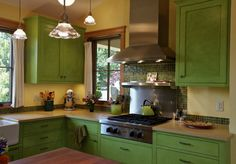 Interior design news: Colorful kitchen; a Victorian kitchen; and traditional kitchens Green Kitchen Cabinets, Kitchen Cabinet Colors, Kitchen Colors, Wall Cabinets, Modern Cabinets, Small Basement Remodel, Basement Remodeling, Kitchen Remodel, Basement Storage