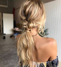 The reason why messy ponytail hairstyles are so popular is that they are very easy to achieve. The messy ponytail hairstyle can be upgraded, updated and modified to accommodate all facial shapes, hair texture and length, as well as any occasion. Messy Ponytail Hairstyles, Wedding Hairstyles For Long Hair, Cool Hairstyles, Hair Wedding, Hairstyle Ideas, Low Pony Hairstyles, Bohemian Hairstyles, Beautiful Hairstyles, Popular Hairstyles