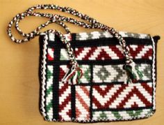 The main reason why this is known as the Aramoana design of Taniko. Is due to the idea of the half triangle designs that are across the purse. Maori Designs, Ethnic Bag, Pouch Pattern, Maori Art, Triangle Design, Creative Inspiration, Projects To Try, Weaving, Cross Stitch