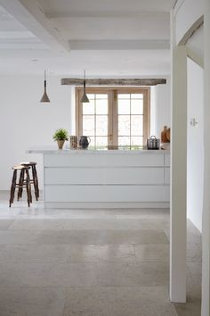 Blenheim grey brushed limestone is a hard-wearing limestone floor tile, with a blend of light mid-grey tones, ideal for creating flagstone flooring. Flagstone Flooring, Limestone Flooring, Travertine Floors, Tile Flooring, Kitchen Tiles, Kitchen Flooring, Kitchen Design, Mandarin Stone, Traditional Interior