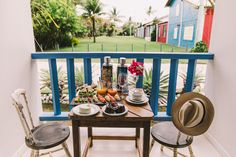 Localizada na Vila do Outeiro, está a 5min de 3 praias: Espelho, Amores e Outeiro. Possui 7 suítes amplas, claras e arejadas, ar condicionado, TV, internet e fr #pousada #Brisasdoespelho #cafédamanha