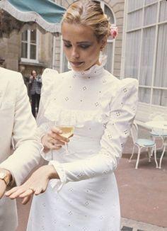 Margaux Hemingway at her 1975 wedding to Errol Wetson in Paris, by Michel Marou bride long white dress high collar puff sleeves gown prairie boho peasant girl looks vintage fashion Margaux Hemingway, Ernest Hemingway, Mode Inspiration, Wedding Inspiration, Wedding Gowns, Wedding Day, Rustic Wedding, Dream Wedding, Paris Wedding