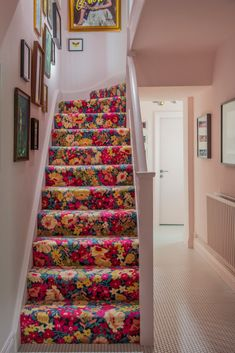 We were both blown away with the floral carpet and Middleton pink hallway in the home of Now these boys have a welcome home going on in there own style. Beige Carpet, Patterned Carpet, Red Carpet, Alternative Flooring, Carpet Trends, Carpet Ideas, Staircase Makeover, Interiors Magazine, Carpet Stairs