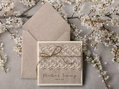 Custom listato (120) inviti & carta 90 tag nozze invito grigio riciclaggio carta, invito a nozze pizzo Ecru