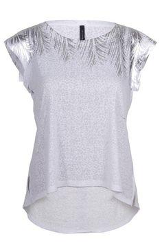 Blusa blanca con toques plateados.