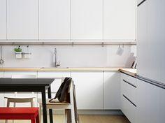 FAKTUM kitchen with ÅRSTA white doors/drawers and PRÄGEL light oak effect worktop
