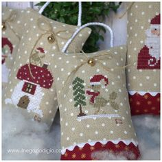 ed ecco che sono spuntati un funghetto ed un piccolo uccellino fanno parte dell'allegra compagnia di qualche giorno... Christmas Sewing, Christmas Embroidery, Christmas Love, Christmas Cross, Cross Stitch Finishing, Cross Stitch Love, Cross Stitch Designs, Cross Stitch Patterns, Cross Stitching