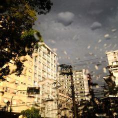 Rua Dr. Nelson de Sá Earp em dia de chuva e sol ao mesmo tempo