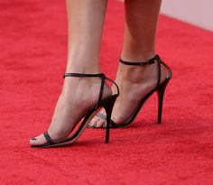 Selena Gomez in Jimmy Choo Selena Gomez Pictures, Sexy Sandals, Catherine Deneuve, Gorgeous Feet, Women's Feet, Sexy High Heels, Celebrity Feet, Jimmy Choo, Heeled Mules