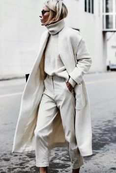 The Street Style at Paris Fashion Week Delivers Endless Outfit Inspiration Top Street Style, Autumn Street Style, Mature Women Fashion, Mature Women Style, Womens Fashion, White Turtleneck, Fashion Week Paris, Winter Mode, Winter Stil
