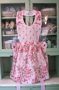 Pretty in Pink apron Pretty Eyes, Pretty In Pink, Perfect Pink, Pink Apron, Cute Aprons, Flirty Aprons, Sewing Aprons, Aprons Vintage, Creation Couture