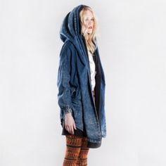 Jeansowa kurtka z dużym kapturem Fot.: Alicja Kozak Skład: 95% bawełna, 5% elastan