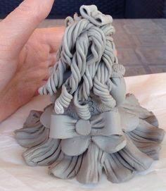 Retro della bambolina in argilla bianca