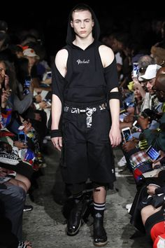 See all the Collection photos from Ktz Spring/Summer 2017 Menswear now on British Vogue Uni Fashion, Runway Fashion, Fashion Show, Fashion Men, London Fashion, Fashion Styles, Fashion Brands, Vogue Paris, Androgynous Fashion