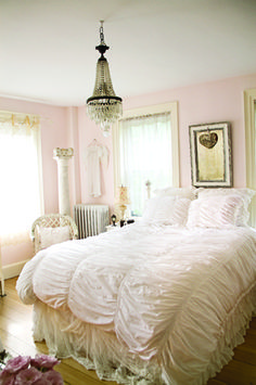 Romantic Bedroom Decoration: The Beauty in White :