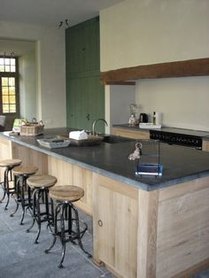 Keuken in langgevelboerderij | la-vie-en-bois.be Kitchen Cabinet Design, Kitchen Time, Hidden Kitchen, Kitchen Cabinets, Global Decor, New Homes, Oak Cabinets, Kitchen, Home Kitchens