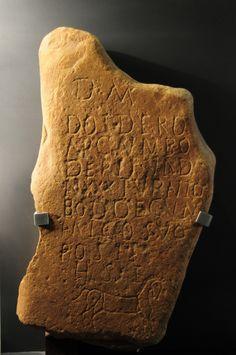 """04. LAS PERIFERIAS DEL IMPERIO: """"Lápida vadiniense de Doidero"""". Velilla de Valdoré (León). Siglo III d.C. Piedra cuarcita. Texto:  M / DOIDERO / ARCAVN BO / DERI F VAD / AN XXX TURANIO /  BODOECVN / AMICO SUO / POSIT / H S E (A los Dioses Manes. Turanio, de los Bodoecos, puso este monumento a su amigo Doidero, de los Arcaunos, hijo de Bodero, de 30 años de edad. Aquí yace). Museo de León. Donación de David Solís. MECD. Manado, Solis, 3d, 30 Years Old, Earth, Museums"""