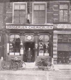 Drogisterij De Salamaner op 1 januari 1900. In de deuropening Henri Vlugt, de drogist. Delft, South Holland, The Hague, North Sea, The Province, Nassau, Dutch, City, Places