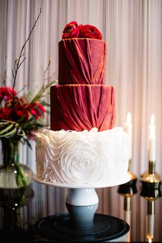 Romantic Pantone Marsala and black wedding inspiration shoot with a black wedding dress and marsala red bridal bouquet. Amazing Wedding Cakes, Amazing Cakes, Cake Wedding, Marsala, Pantone, Burgundy Wedding Cake, Red Wedding, Gorgeous Cakes, Love Cake