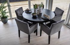Lekkert og elegant rundt spisebord i sort eikefiner, med 2 ileggsplater. Valencia, Dining Chairs, Dining Table, Interior And Exterior, Living Room, Elegant, Furniture, Face Yoga, Instagram