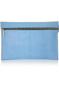 Victoria Beckham - Pochette en python et cuir Leather Clutch, Clutch Bag, Victoria Beckham Bags, Pouch, Wallet, Retail Therapy, Python, Vegan Leather, Handbags