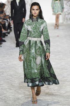 http://www.vogue.de/fashion-shows/kollektionen/fruehjahr-2018/mailand/etro/runway/kim_2573