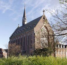 oermond heeft, naast de prachtige monumentale gebouwen en kerken, ook een van de drukst bezochte bedevaartskerken in Nederland: de Kapel in 't Zand. Wie vanuit de stad de Kapellerlaan afloopt, ziet de Kapel in de verte liggen. De Kapel (voluit Kapel van Onze Lieve Vrouw in 't Zand) stamt uit het begin van de 15e eeuw.