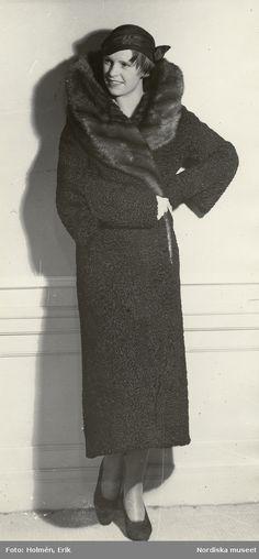 """1931. Kvinna i persianpäls med hög, vid krage av nertz. Text på baksidan: """"Persian med nertz. Pälsar år 1931"""". Foto: Erik Holmén för Nordiska Kompaniet"""