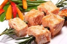 Un platillo ligero y delicioso de brochetas de salmón marinadas en un romero, limón y ajo. Muy buena receta de salmón para una comida o cena ligera.