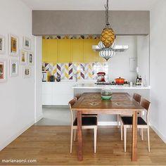 Se a cozinha é integrada, ela precisa ter seu charme... (Já até falamos disso no site). A escolha do desenho geométrico + armário amarelo foi ideal para valorizar o espaço! {Projeto: Melina Romano, Pic via @mariana_orsi} #espaçosinteligentes #sala #cozinha