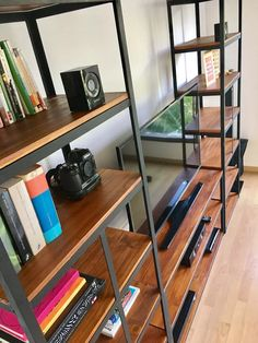 mueble para tv industrial! estantería en hierro y madera Metal Furniture, Furniture Design, Rak Tv, Tv Rack, Tv Cabinets, Diy Woodworking, Bookcase, Sweet Home, Desk