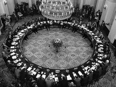 """7 kwietnia 1989 roku, gdy Sejm PRL przyjął tekst porozumień, które wypracowano podczas obrad """"Okrągłego stołu"""" (6.02–5.04.1989 r.), rozpoczęła się pierwsza i ostatnia częściowo wolna parlamentarna kampania wyborcza w Polskiej Rzeczypospolitej Ludowej."""